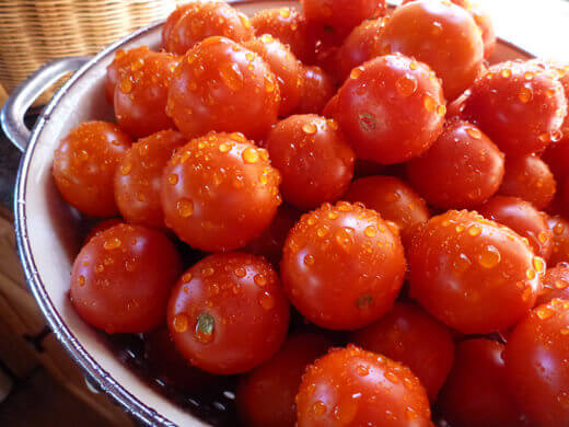 Wash, dry, and de-stem cherry tomatoes