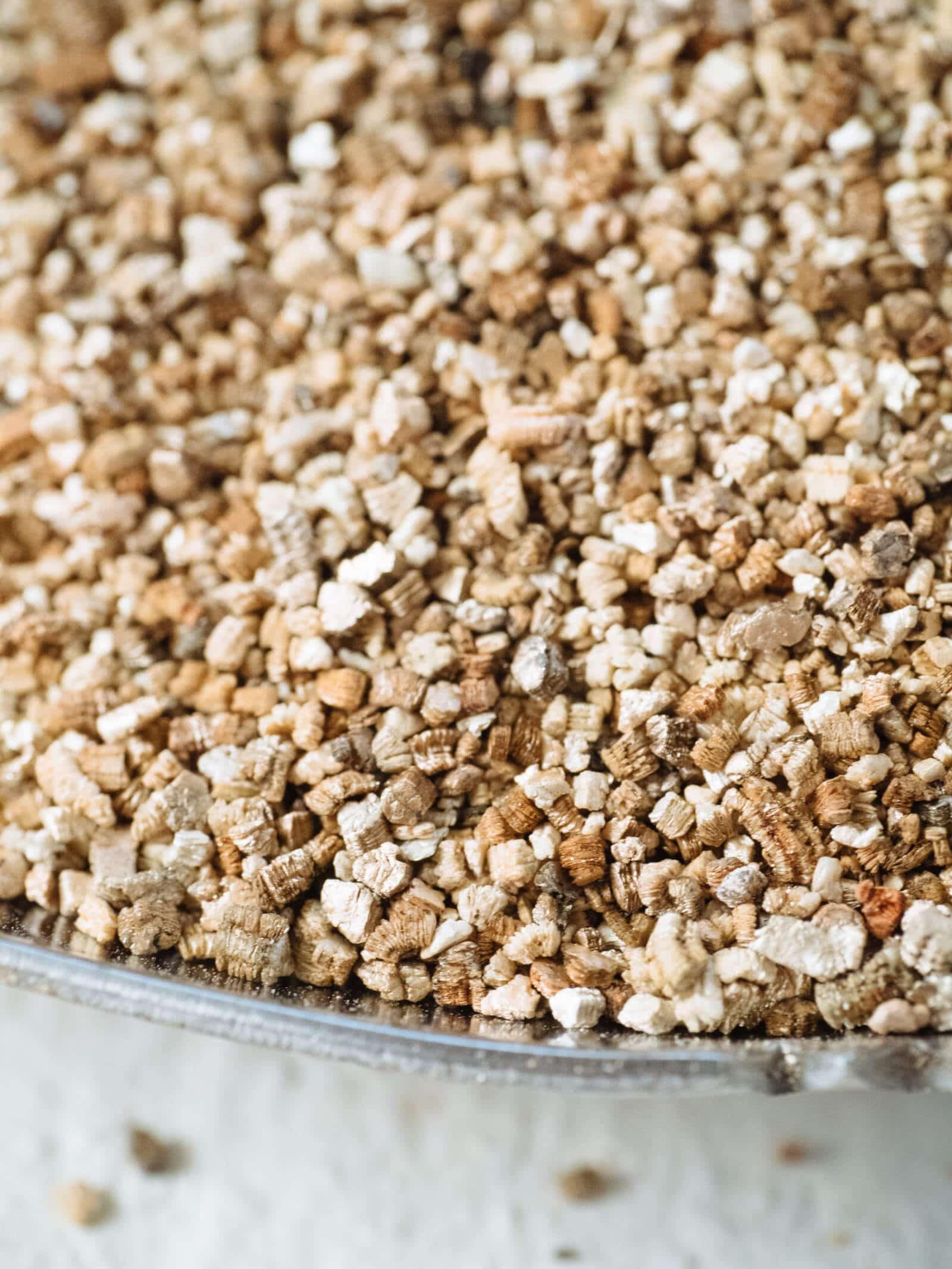 Fine granules of vermiculite