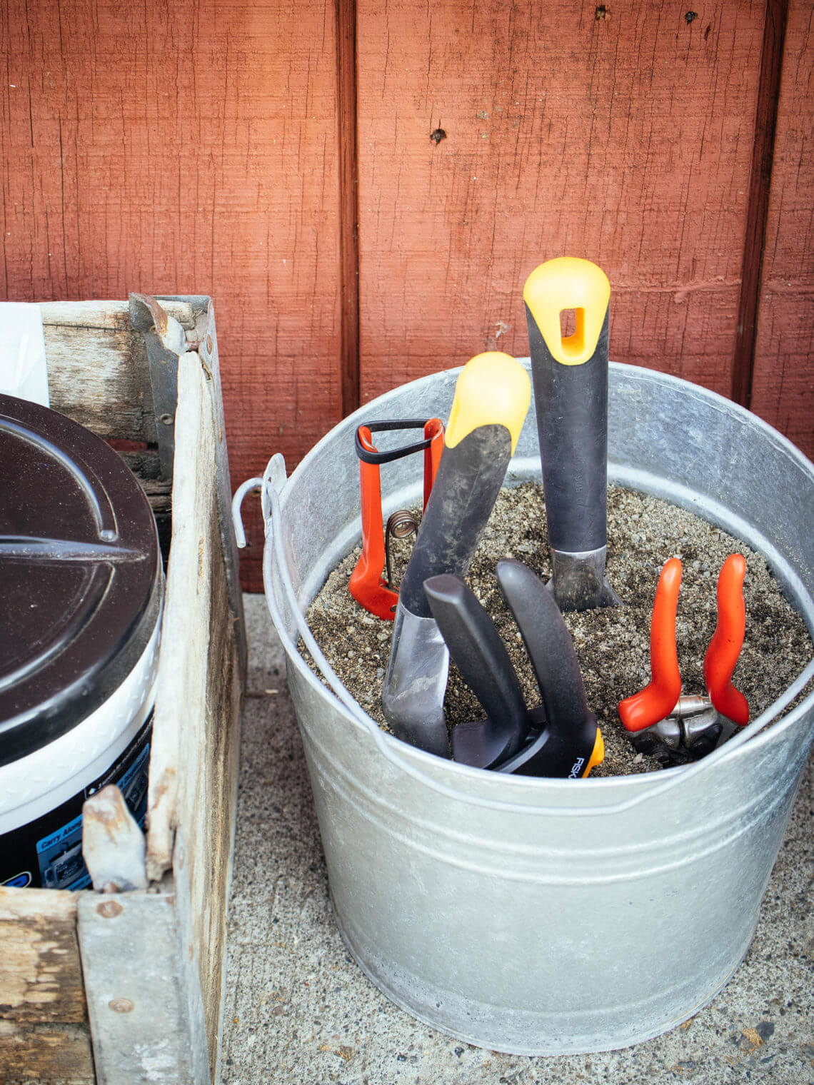 DIY tool cleaning station: the fastest way to clean garden tools